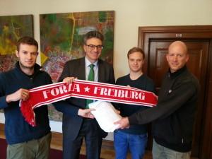 Die Initiative Stadion in Freiburg übergibt die gesammelten Unterschriften an Freiburgs Oberbrügermeister Dieter Salomon